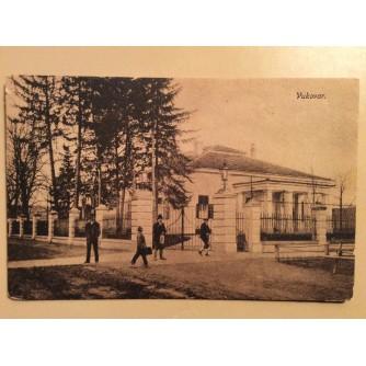 VUKOVAR STARA RAZGLEDNICA GOSPODA NA ULICI ISPRED RASKOŠNOG ZDANJA 1919/1923.  R0294
