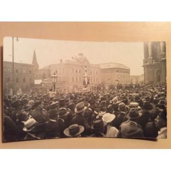 ZAGREB STARA RAZGLEDNICA HRVATSKO NARODNO KAZALIŠTE DEMONSTRACIJE VJEROJATNO 1918. RASPAD MONARHIJE - TRANSPARENTI ISTRA, RIJEKA, HVAR, TRST...  R0376
