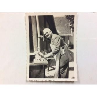ZAPREŠIĆ STARA RAZGLEDNICA MALA FOTOGRAFIJA GOSTIONA PRIPRAVAK SPECIJALITETA 1932.