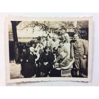 ZAPREŠIĆ STARA RAZGLEDNICA MALA FOTOGRAFIJA OKUPLJANJE DRUŠTVA I OBITELJI 1932.